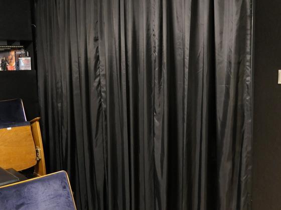 Elektrischer Vorhang vor dem Filmregal